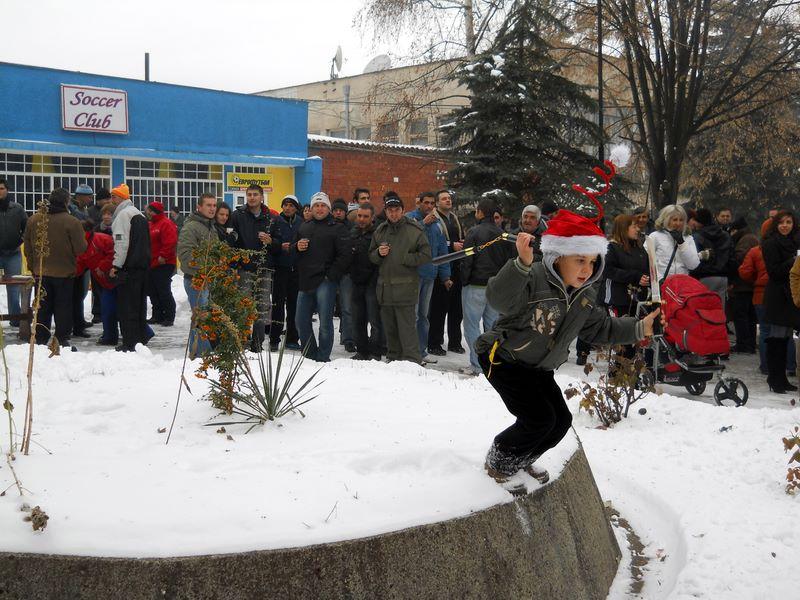 Коледно празненство пред кметството