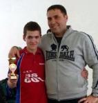 Кметът на Рударци Богдан Богданов заедно с победителят - талантливият Георги Георгиев, заедно с трофейната купа