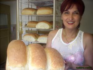 Маруся Иванова с топъл-топъл хляб изваден от фурната
